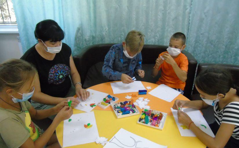 Ребята Наримановского района осваивают пластилинографию
