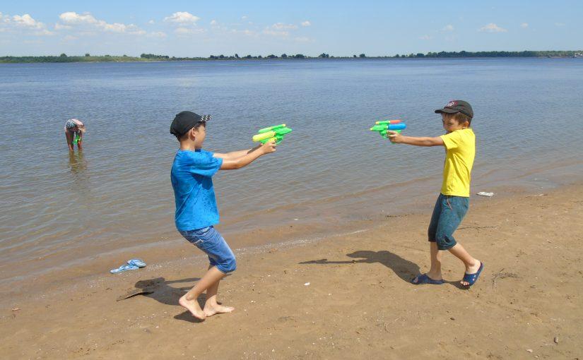 Наримановкие ребята активно проводят свой досуг на берегу реки Волга