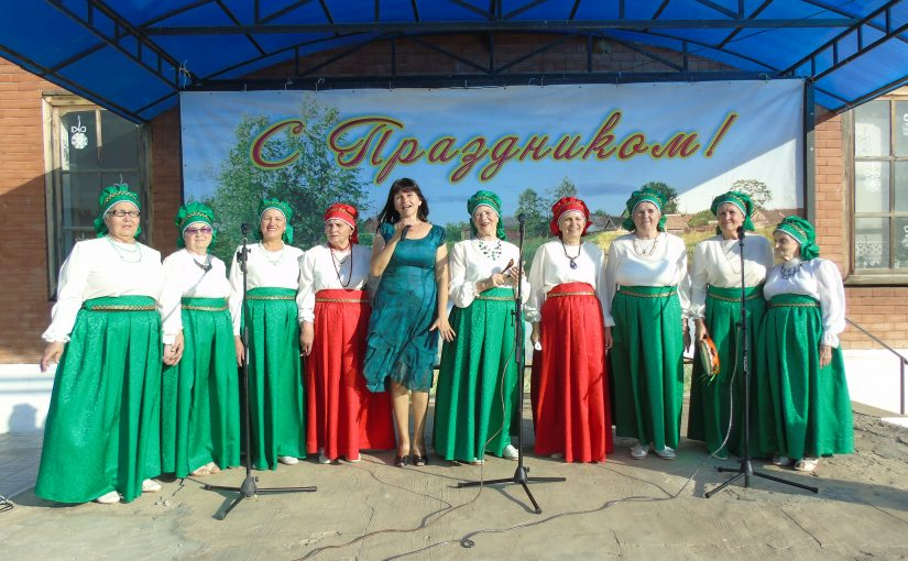 Творческий коллектив «Рябинушка» дарит свои таланты жителям села